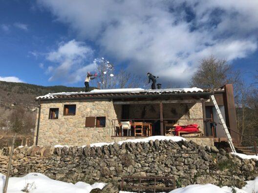 Quitando nieve en el tejado